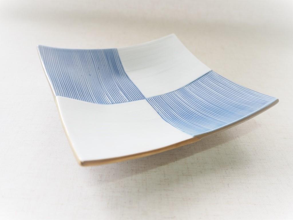 渕金銀太白ブルー市松線彫四方上折合角皿【有田焼】