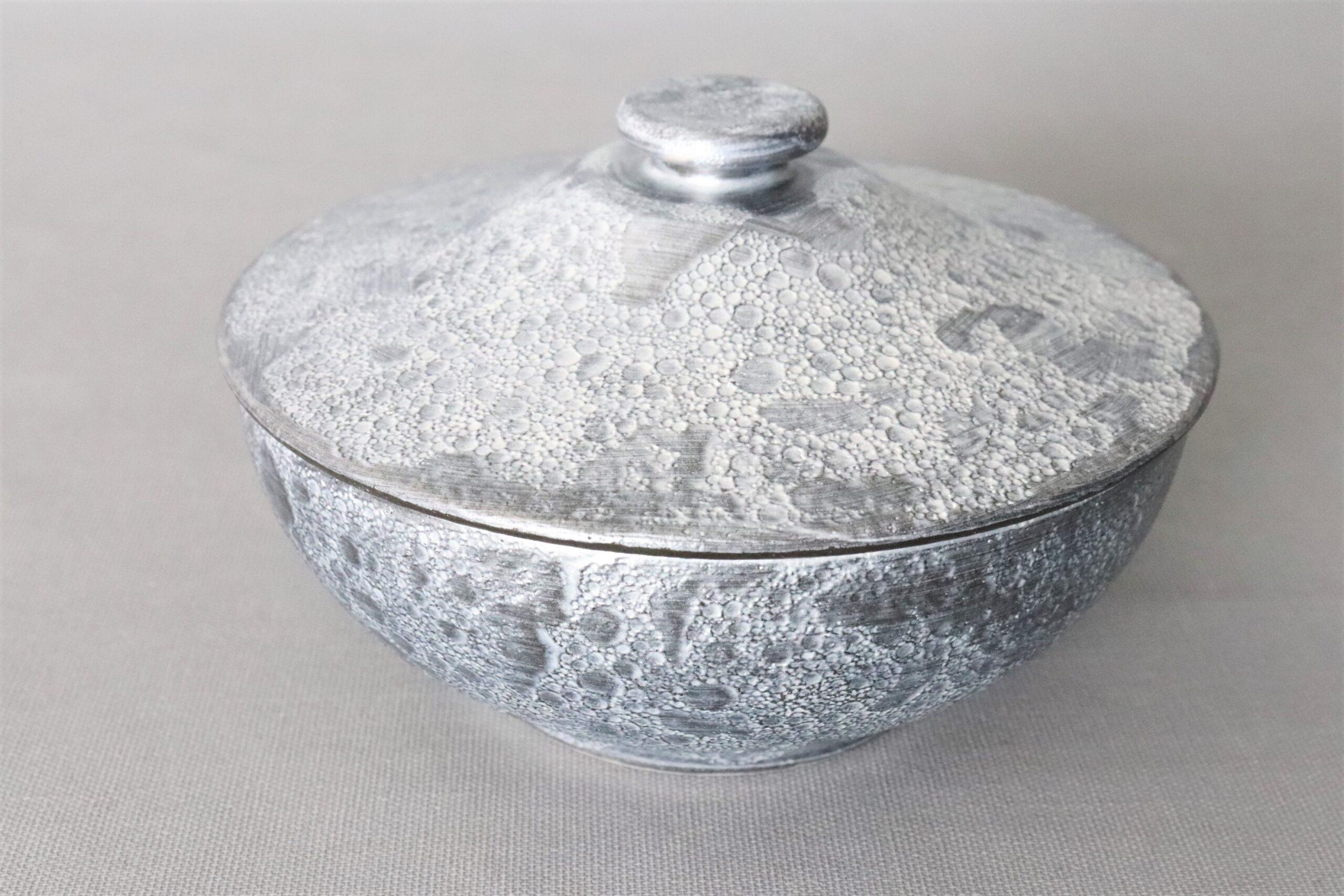 【有田焼】黒泡化粧雲母銀富士型蓋物 大